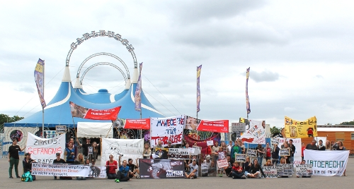 Demonstration vor dem Circus Carl Busch